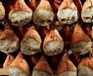Deux jambons de Bayonne ont été présentés ce week-end à New York dans le cadre d'une opération séduction visant à inciter les Etats-Unis, premier marché mondial du jambon sec, à accorder à ce produit phare de la gastronomie française un visa permanent. /Photo d'archives/ REUTERS/Régis Duvignau