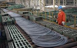 Trabalhador olha para bobinas de aço ao lado de linha de produção do Dongbei Special Steel Group, em Dalian, província de Liaoning, na China, 27 de setembro de 2013. O setor manufatureiro da China registrou leve crescimento em setembro, mostraram nesta terça-feira dados oficiais, com as pequenas empresas lutando diante do excesso de capacidade e fraca demanda. REUTERS/China Daily