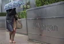 JPMorgan & Chase est l'une des valeurs à suivre sur les marchés américains, du fait d'un désaccord persistant avec les autorités américaines, portant sur sa filiale Washington Mutual, retardant ainsi un arrangement de quelque 11 milliards de dollars en cours de négociation pour mettre fin aux contentieux sur les pertes hypothécaire de la banque. /Photo prise le 19 septembre 2013/REUTERS/Neil Hall