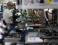 Un empleado realiza el control de calidad de unas hojas de afeitar en la planta de Gillette en Boston, EEUU, dic 5 2011. El sector manufacturero de Estados Unidos se expandió el mes pasado a su mayor ritmo en casi 2 años y medio, mostró el martes un sondeo de la industria, mientras que las empresas registraron su mayor número de contrataciones en 15 meses. REUTERS/Brian Snyder