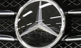 El símbolo de Mercedes Benz en un vehículo clase A en una concesionaria de Daimler en París, jul 30 2013. La automotriz alemana Daimler planea construir una nueva fábrica de vehículos en Brasil, con lo que se convierte en la tercera fabricante alemana de autos de lujo que realiza ese anuncio en el último año. REUTERS/Christian Hartmann