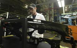 Imagen de archivo del empleado Todd Ruble en la planta de Honda en Marysville, EEUU, oct 11 2012. La actividad manufacturera de Estados Unidos creció a su menor ritmo en tres meses en septiembre y las empresas contrataron a menos trabajadores, mostró un informe de la industria divulgado el martes. REUTERS/Paul Vernon