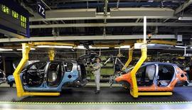 Ligne de production de Citroën C3 Picasso dans l'usine slovaque de PSA à Trnava. PSA a confirmé que le futur C3 Picasso sera produit à Saragosse dans l'usine espagnole de son partenaire américain General Motors. /Photo d'archives/REUTERS/Radovan Stoklasa