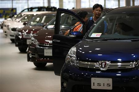 Visitors look at Toyota Motor Corp's cars at the company's showroom in Tokyo August 1, 2013. REUTERS/Issei Kato