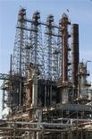 Los precios del petróleo cayeron el martes aunque revirtieron los bruscos descensos en el final de la sesión, cuando los operadores compraron contratos para cubrir posiciones cortas mientras los políticos seguían discutiendo el presupuesto de Estados Unidos. En la foto de archivo, la refinería de LyondellBasell en Houston, EEUU. Mar 6, 2013. REUTERS/Donna Carson