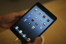 """Apple ne sera pas en mesure de livrer à temps la nouvelle version de son iPad Mini avec un écran """"Retina"""". Compte tenu des volumes actuels de production, la chaîne logistique ne sera en mesure de livrer que des quantités limitées cette année, voire rien du tout, si bien que le nouveau produit risque d'être absent des étalages pour les fêtes de fin d'année, ont expliqué des sources travaillant dans la chaîne logistique. /Photo prise le 2 novembre 2012/REUTERS/David McNew"""