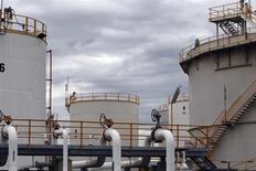 Топливные хранилища на НПЗ Mobil Oil в Мельбурне 8 марта 2011 года. Цены на нефть снижаются на фоне закрытия госучреждений США и предполагаемого роста запасов нефти в США на прошлой неделе. REUTERS/Mick Tsikas