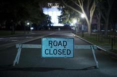 Заграждение на дороге к Мемориалу Линкольна в Вашингтоне 1 октября 2013 года. Президент США Барак Обама и республиканцы Конгресса во вторник не приблизились к выходу из политического тупика, что вызвало первую за 17 лет остановку работы правительства и лишило работы сотни тысяч государственных служащих. REUTERS/Jason Reed