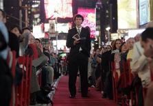 """Зрители слушают оперу """"Лючия ди Ламмермур"""" на Таймс-сквер в Нью-Йорке 24 сентября 2007 года. Нью-Йоркская опера, основанная 70 лет назад, закрывается и собирается заявить о банкротстве после неудавшейся попытки привлечь финансирование. REUTERS/Keith Bedford"""