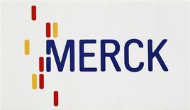 Логотип гиганта мирового фармацевтического сектора Merck & Co в Дармштадте 7 марта 2012 года. Гигант мирового фармацевтического сектора Merck & Co сократит персонал на 8.500 человек - более 10 процентов от общего количества, чтобы не отстать в плане финансовой эффективности от конкурентов. REUTERS/Alex Domanski