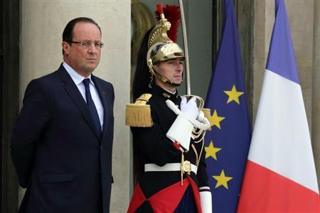 French President Francois Hollande waits for guests on the steps of the Elysee Palace in Paris, October 1, 2013. REUTERS/Philippe Wojazer