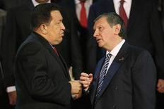 Президент Венесуэлы Уго Чавес и глава Роснефти Игорь Сечин разговаривают на встрече в Каракасе 27 сентября 2012 года. REUTERS/Jorge Silva Крупнейший частный нефтедобытчик России Лукойл может выйти из совместного с государственными Роснефтью и Газпромнефтью предприятия в Венесуэле на блоке Хунин-6 и ищет покупателей доли, сообщил Рейтер источник в Лукойле.