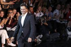 Estilista norte-americano Marc Jacobs aparece ao final do desfile de Primavera/Verão 2014 da marca Louis Vuitton durante a semana de moda em Paris. Jacobs está deixando a Louis Vuitton depois de 16 anos na marca, disse na quarta-feira uma fonte próxima à empresa francesa LVMH. 2/10/2013. REUTERS/Benoit Tessier