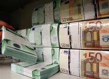Una serie de fajos con billetes de diversa denominación en euros en una bóveda del Banco de Austria en Viena, abr 10 2013. El Banco Central Europeo mantuvo las tasas de interés sin cambios el miércoles, evitando cualquier modificación en su política por ahora, mientras espera para ver si se fortalece una frágil recuperación de la zona euro. REUTERS/Heinz-Peter Bader
