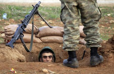 A Turkish soldier takes up position near the border to Syria in the Turkish border town of Ceylanpinar, Sanliurfa province, November 30, 2012. REUTERS/Laszlo Balogh