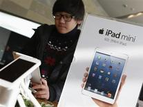 A student tries Apple Inc's iPad mini at an electronics store in central Seoul January 18, 2013. REUTERS/Lee Jae-Won