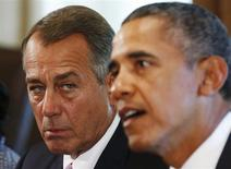 Presidente do Câmara dos Deputados dos EUA, John Boehner, escuta o presidente dos EUA, Barack Obama, durante reunião na Casa Branca, em Washington. Obama vai reunir-se com quatro dos principais líderes do Congresso na Casa Branca nesta quarta-feira para pedir aos parlamentares que reabram o governo e elevem o limite de endividamento do país, disse uma autoridade da Casa Branca. 3/09/2013. REUTERS/Larry Downing