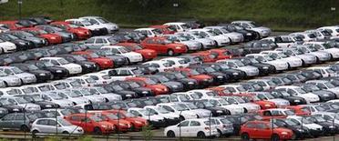 Foto de arquivo de carros estacionados em uma área de armazenamento em São Bernardo do Campo. As vendas de veículos novos no Brasil em setembro caíram 5,87 por cento sobre agosto, afetadas em parte por um período de menos dias úteis, mas o resultado foi o segundo melhor já registrado para o mês, informou nesta quarta-feira a associação que representa distribuidores, Fenabrave. 02/03/2011 REUTERS/Paulo Whitaker
