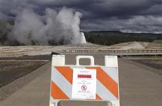 A sign announces the closure of the Old Faithful Geyser in Yellowstone National Park in Wyoming October 1, 2013 in the wake of the government shutdown. REUTERS/Christopher Cauble