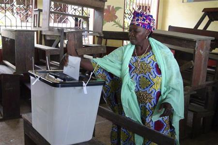 A woman casts her ballot at a polling station in Guinea's capital Conakry September 28, 2013. REUTERS/Saliou Samb