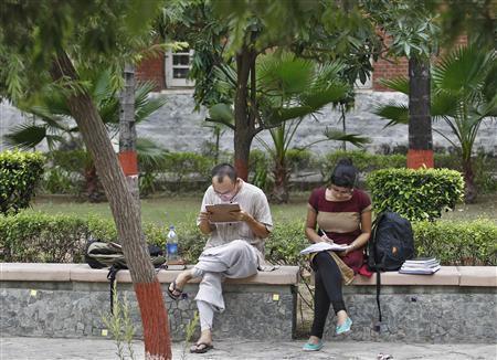 Indian students study inside the Delhi University campus in New Delhi September 20, 2013. Picture taken September 20, 2013. REUTERS/Anindito Mukherjee