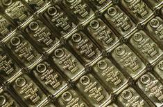 Золотые слитки в центральном офисе компании GSA Austria (Money Service Austria) в Вене 22 июля 2013 года. Цены на золото снижаются на фоне слабых экономических показателей и закрытия государственных учреждений США. REUTERS/Leonhard Foeger