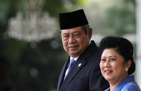 Indonesia's President Susilo Bambang Yudhoyono looks at his wife Ani Yudhoyono as they wait for the arrival of Australia's Prime Minister Tony Abbott at the Presidential Palace in Jakarta September 30, 2013. REUTERS/Beawiharta
