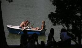 """Пара фотографируется в лодке в мадридском парке Ретиро 14 июля 2013 года. Губернатор Калифорнии Джерри Браун подписал закон, впервые возводящий в ранг преступления так называемое """"порно в отместку"""" - распространение в интернете частных интимных фото других людей, как правило бывших возлюбленных или супругов, с целью их оскорбления или публичного унижения. REUTERS/Javier Barbancho"""