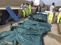 Мешки с телами утонувших мигрантов из Африки на итальянском острове Лампедуза 3 октября 2013 года. Не менее 82 мигрантов из Африки погибли, десятки пропали без вести, пытаясь достичь берегов Европы, сообщили итальянские чиновники и работники спасательных служб в четверг. REUTERS/Nino Randazzo/ASP press office/Handout via Reuters