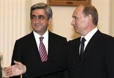 Президенты Армении и России Серж Саргсян и Владимир Путин на встрече в Москве 24 марта 2008 года. Армения, дебютировавшая на мировом рынке долга с евробондами на $700 миллионов, перечислит привлеченные средства в погашение более дорогого кредита от России. REUTERS/Pool