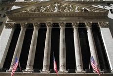 Wall Street a ouvert en léger recul jeudi, au troisième jour de fermeture des services fédéraux américains, dans un climat d'incertitude persistante quant à la capacité du Congrès à sortir rapidement les négociations budgétaires de l'impasse. Une quinzaine de minutes après le début des échanges, le Dow Jones perd 0,42%, le S&P-500 recule de 0,38% et le Nasdaq cède 0,19%. /Photo d'archives/REUTERS/Joshua Lott