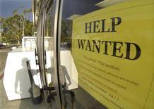 Un anuncio de empleo en la puerta de una gasolinera en Encinitas, EEUU, sep 6 2013. El número de estadounidenses que presentó nuevas solicitudes de subsidios por desempleo subió la semana pasada, pero permaneció en niveles previos a la recesión, una señal de creciente fortaleza en el mercado laboral. REUTERS/Mike Blake