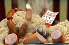Готовое блюдо шукрут на уличном рынке в Париже 11 марта 2012 года. Мировые цены на продукты питания снизились до минимума трех лет в сентябре 2013 года, сообщила Продовольственная и сельскохозяйственная организация ООН, сократив прогноз объема производства зерна в сезоне 2013-2014 годов. REUTERS/Mal Langsdon