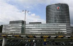 Imagen de archivo de la casa matriz de Vodafone en Duesseldorf, Alemania, sep 12 2013. La británica Vodafone dijo el jueves que su director financiero, Andy Halford, dejará el cargo el año que viene después de que se cierre el acuerdo para vender su negocio inalámbrico en Estados Unidos a Verizon Communications por 130.000 millones de dólares. REUTERS/Ina Fassbender