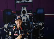 """Piloto de Fórmula 1 da Red Bull, Sebastian Vettel, fala durante entrevista coletiva na Coreia do Sul. O tricampeão mundial provocou os rivais sobre como seu carro pode ser muito mais rápido que o deles fazendo uma brincadeira, nesta quinta-feira, sobre o """"sistema de controle de tração"""" da Red Bull. 03/10/2013 REUTERS/Kim Hong-Ji"""