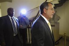 Le président de la Chambre des représentants, le républicain John Boehner (à droite), a promis que les Etats-Unis ne se retrouveraient pas en défaut de paiement, mais il aussi insisté sur le fait qu'il ne serait pas possible de relever le plafond de la dette sans engager des réformes. /Photo prise le 3 octobre 2013/REUTERS/Jonathan Ernst