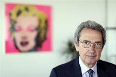 Presidente do Conselho da Telecom Italia, Franco Bernabè, é visto em seu escritório em Roma, em abril. Bernabè renunciará no início da reunião da diretoria nesta quinta-feira, disse uma fonte com conhecimento da situação. 19/04/2013 REUTERS/Alessandro Bianchi