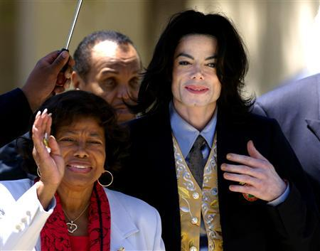 Michael Jackson departs the Santa Barbara County Courthouse with his mother Katherine (L) and father Joe (2nd L) after testimony in his child molestation trial in Santa Maria, California in this May 25, 2005 file photo. REUTERS/Lucas Jackson/Files