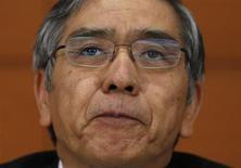Presidente do Banco do Japão, Haruhiko Kuroda, participa de uma entrevista coletiva em Tóquio. O banco central manteve a política monetária inalterada nesta sexta-feira e melhorou sua visão sobre gasto de capital devido aos sinais de que estão se ampliando os benefícios das ações para deixar a deflação para trás. 04/10/2013. REUTERS/Issei Kato