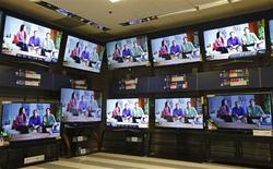 Televisions are seen on display at a Sears store in Schaumburg, Illinois, near Chicago in this September 23, 2013 file photo. REUTERS/Jim Young/Files