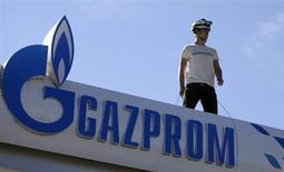 Активист Greenpeace стоит на крыше АЗС Газпрома под Благоевградом, Болгария 26 сентября 2013 года. Нидерланды начали юридическую процедуру против России ради освобождения активистов Greenpeace, обвинённых в пиратстве после акции протеста на нефтяной платформе Газпрома в Арктике. REUTERS/Stoyan Nenov