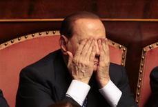 Лидер итальянских правоцентристов Сильвио Берлускони во время голосования о вынесении вотума доверия в Сенате в Риме 2 октября 2013 года. Комитет Сената Италии приступил к обсуждению вопроса об исключении Сильвио Берлускони из парламента из-за обвинений в налоговом мошенничестве. REUTERS/Tony Gentile