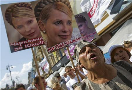 Supporters of jailed former Ukrainian Prime Minister and opposition leader Yulia Tymoshenko hold portraits of her during a rally in central Kiev August 5, 2013. REUTERS/Valentyn Ogirenko