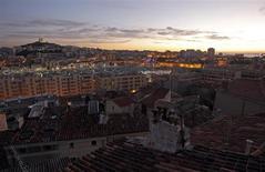 Vue du Vieux Port, à Marseille. Veolia Environnement conservera pour une durée de 15 ans le marché de l'eau de la communauté urbaine de Marseille (MPM), le deuxième plus gros contrat de fourniture en France, pour un chiffre d'affaires de 2,2 milliards d'euros. /Photo prise le 6 janvier 2013/REUTERS/Jean-Paul Pelissier