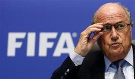 سيب بلاتر رئيس الاتحاد الدولي لكرة القدم (الفيفا) يتحدث لوسائل الاعلام في زوريخ يوم الجمعة. رويترز