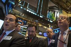 La Bourse de New York a fini en hausse de 0,51% vendredi, le Dow Jones gagnant 76,35 points à 15.072,83, des données susceptibles de varier encore légèrement. /Photo prise le 4 octobre 2013/REUTERS/Brendan McDermid