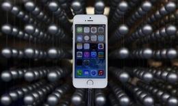 La cadena CNN dijo el viernes que descubrió a la voz original del popular asistente personal del iPhone y el iPad de Apple, una duda que ha intrigado a millones de usuarios de los dispositivos. En la foto de archivo, el nuevo iPhone 5S en una tienda de Apple en Tokio. Sept 20, 2013. REUTERS/Yuya Shino
