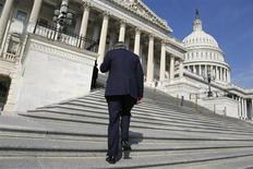 Membro da Câmara dos Deputados dos Estados Unidos fala ao celular enquanto retorna para votação no Capitólio, em Washington. A Câmara, liderada pelos republicanos, aprovou por unanimidade um projeto de lei, neste sábado, que irá pagar retroativamente 800 mil trabalhadores em licença quando a paralisação do governo, que já dura cinco dias, terminar. 5/10/2013. REUTERS/Jonathan Ernst