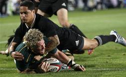South Africa's captain Jean de Villiers scores a try as he is challenged by New Zealand's All Blacks Aaron Smith (top) during the final round of the Rugby Championship at Ellis Park stadium in Johannesburg,October 5, 2013. REUTERS/Siphiwe Sibeko (SOUTH AFRICA - Tags: SPORT RUGBY)
