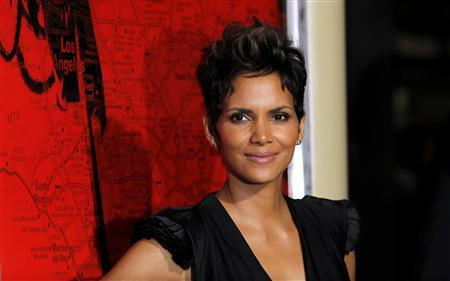 Cast member Halle Berry poses at the premiere of ''The Call'' in Los Angeles, California March 5, 2013. The movie opens in the U.S. on March 15. REUTERS/Mario Anzuoni